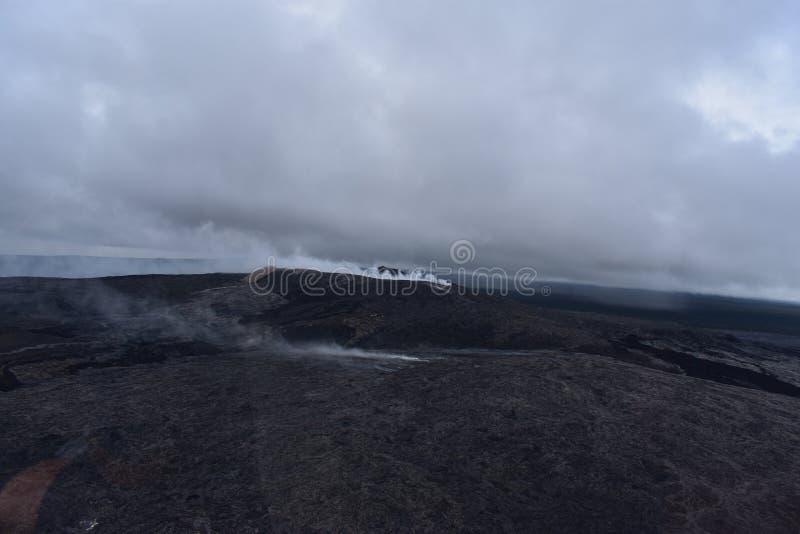 Arial-Ansicht von Hawaiis Kilauea-Vulkan mit dem Rauchsteigen lizenzfreies stockfoto