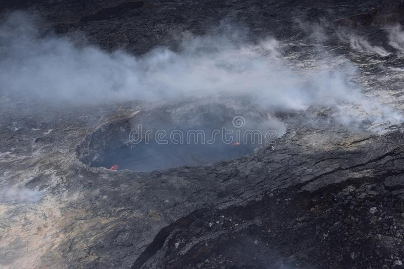 Arial-Ansicht von Hawaiis Kilauea-Vulkan mit dem Rauchsteigen stockbilder