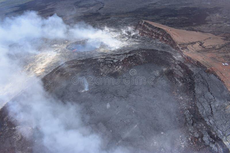 Arial-Ansicht von Hawaiis Kilauea-Vulkan mit dem Rauchsteigen lizenzfreies stockbild