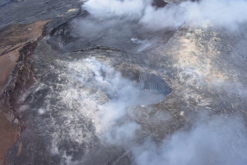 Arial-Ansicht von Hawaiis Kilauea-Vulkan mit dem Rauchsteigen lizenzfreie stockfotos