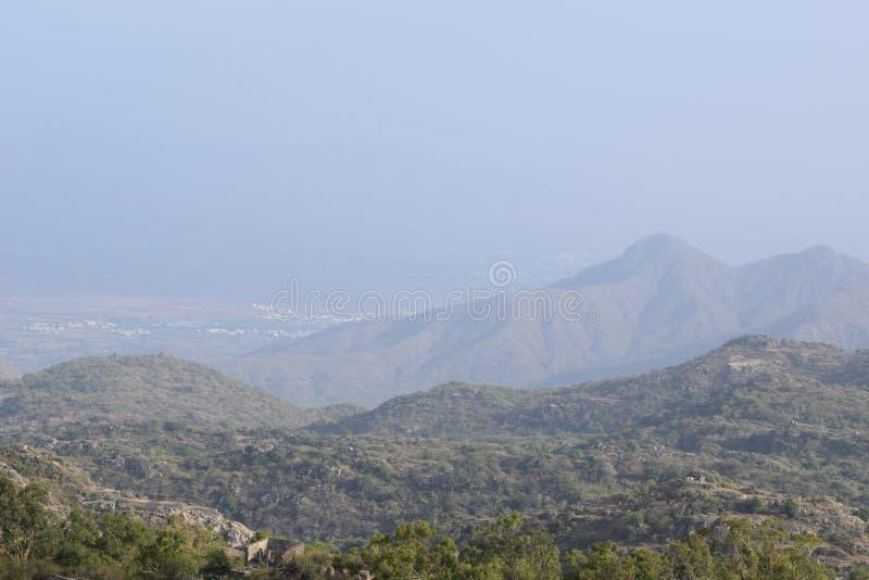 Arial bij bergen wordt geschoten die royalty-vrije stock foto
