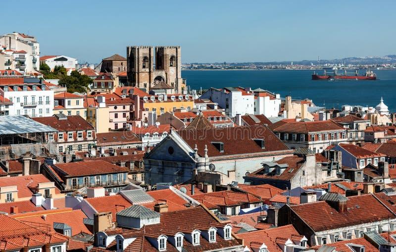 Arial sikt på röda tak på Lisabon royaltyfri bild