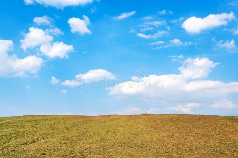 Arid ground con il bel cielo a Doi Samer DAO, provincia di Nan, Thailandia immagini stock