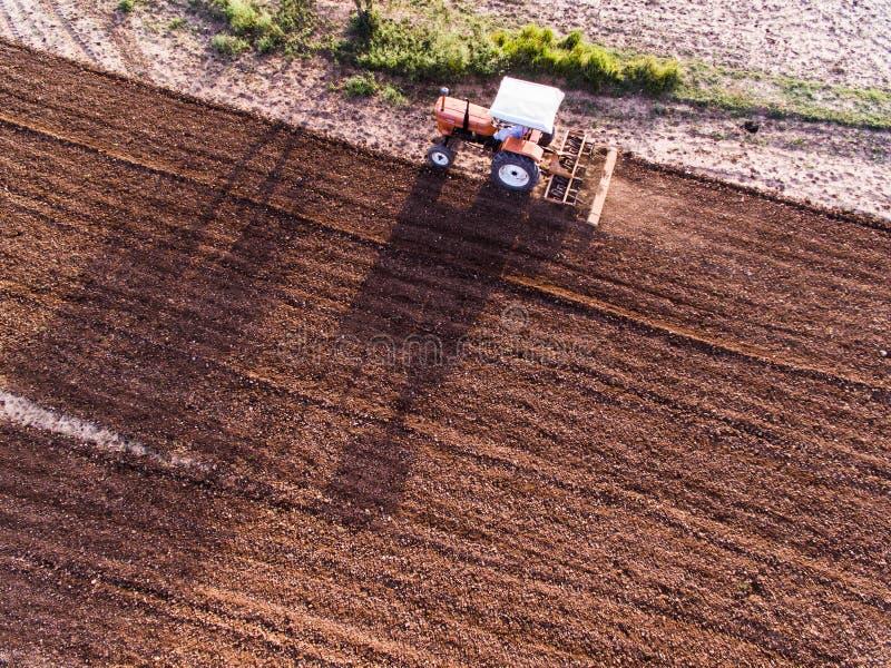 Ariel-Ansicht des Traktors das Ackerland pflügend stockbilder