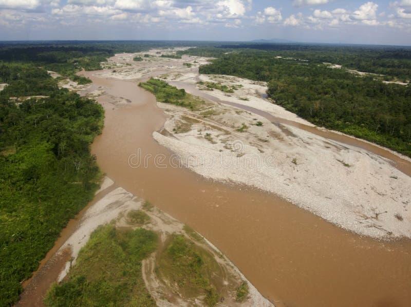 Ariel-Ansicht von einem schlammigen Fluss im peruanischen Dschungel stockbild