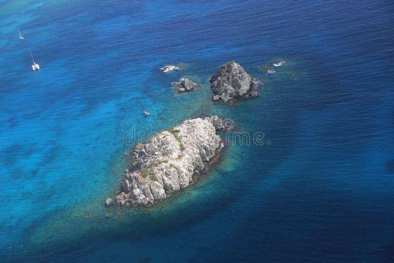 Ariel-Ansicht von gehemmter Insel bei Karibischen Meeren stockfoto