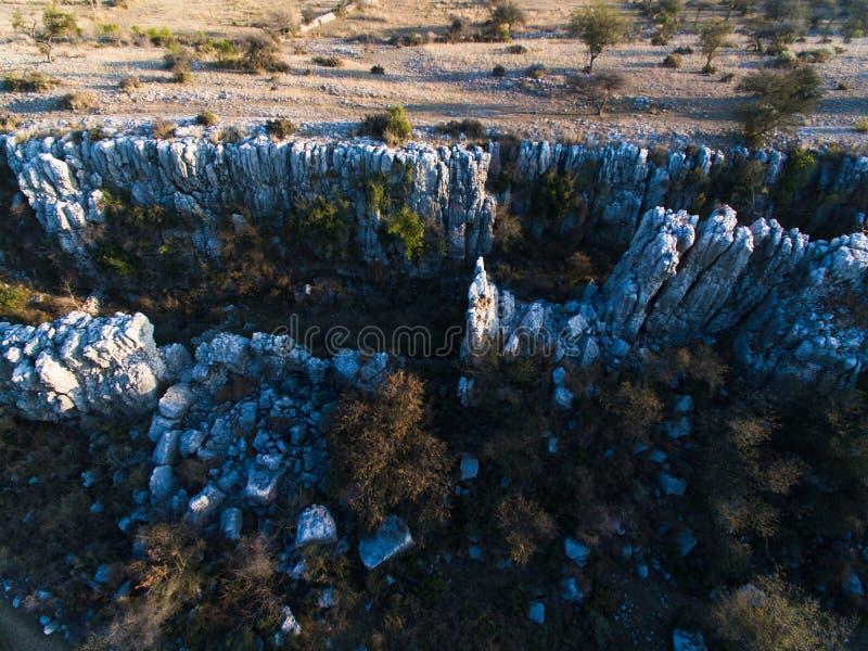 Ariel-Ansicht von Gletscherspalten und von Felsen stockfotografie