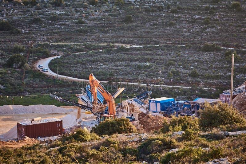 Ariel - 01 09 2017: Ciągnik praca przy górami Ariel terr zdjęcia stock