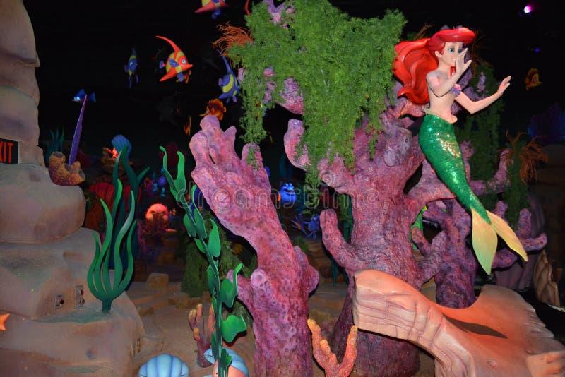 Ariel de kleine Meermin - het Magische speelgoed van Koninkrijkswalt disney world - onder het overzees stock foto