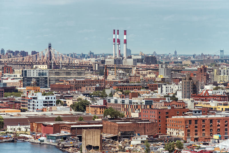 Ariel widok Brooklyn w Nowy Jork z mostami i elektrownią obraz stock
