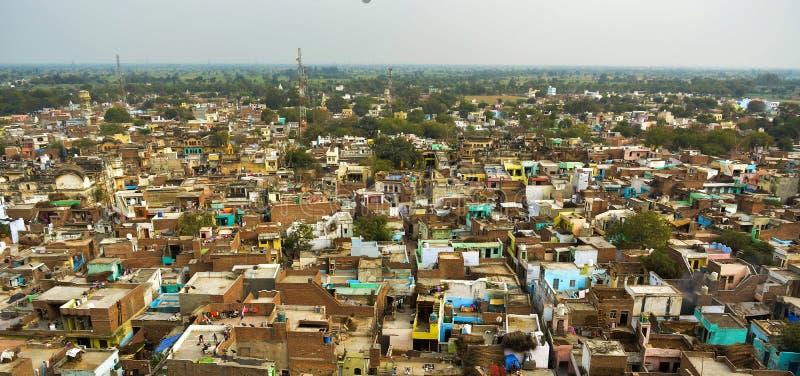 Arielpanorama van een stad met groot aantal plattelandshuisjes met groen dat rond het wordt geschoten royalty-vrije stock afbeelding