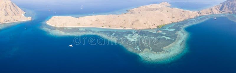 Arieröarnas flygvy och rev i Komodo royaltyfri bild
