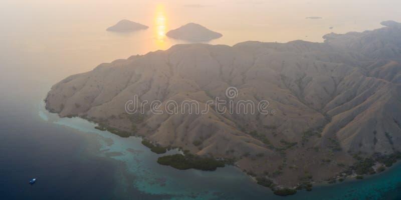 Arieröarnas flygvy vid Sunrise i Komodo arkivbilder