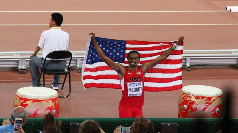 Aries Merritt degli Stati Uniti che mostrano bandiera nazionale dopo la conquista della medaglia di bronzo ai campionati Pechino  immagine stock libera da diritti