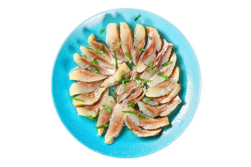 aringhe Pesce salato dell'aringa isolato su fondo bianco Vista superiore Aringa del pesce in un piatto blu Pesce dell'isolato immagini stock libere da diritti