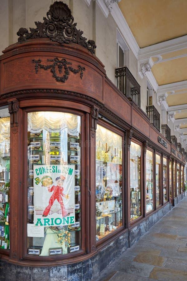 Arione ciasta antyczny sklep i kawiarnia w letnim dniu w Cuneo, Włochy zdjęcie royalty free