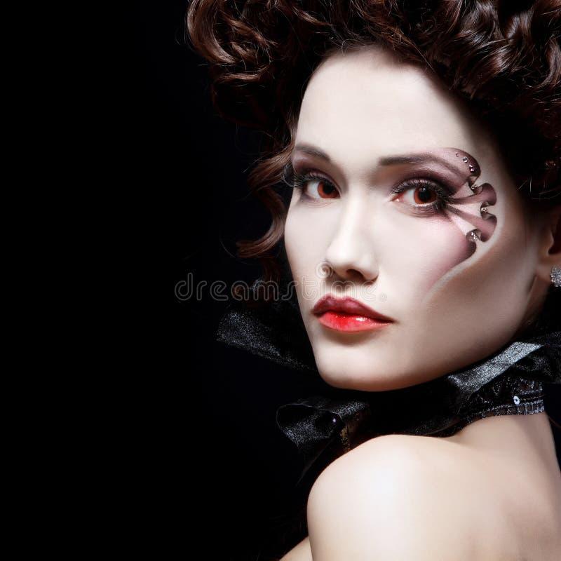 Aristócrata hermoso del Barroco del vampiro de Halloween de la mujer fotografía de archivo libre de regalías