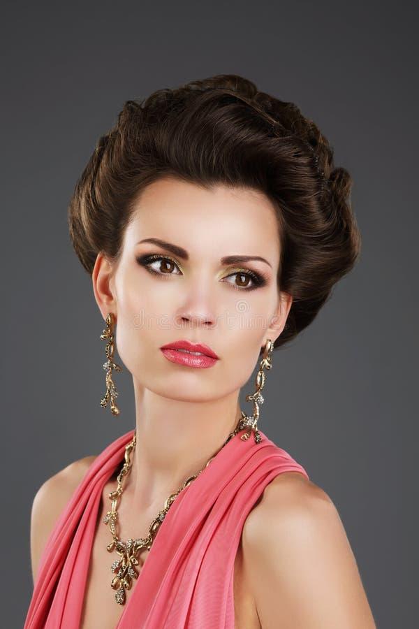 Aristokratisk dam med glansiga örhängen och halsbandet royaltyfri fotografi