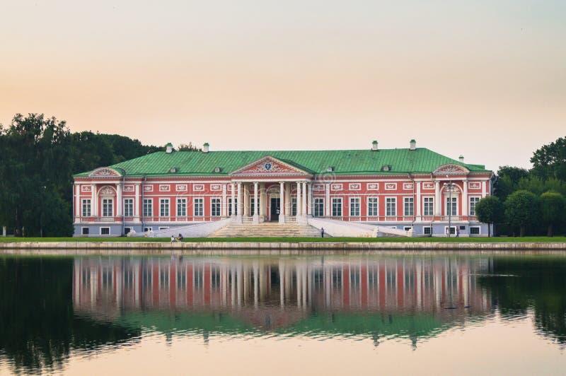 Aristokratisk herrgård bredvid dammet i museum-godset Kuskovo, Moskva royaltyfri foto