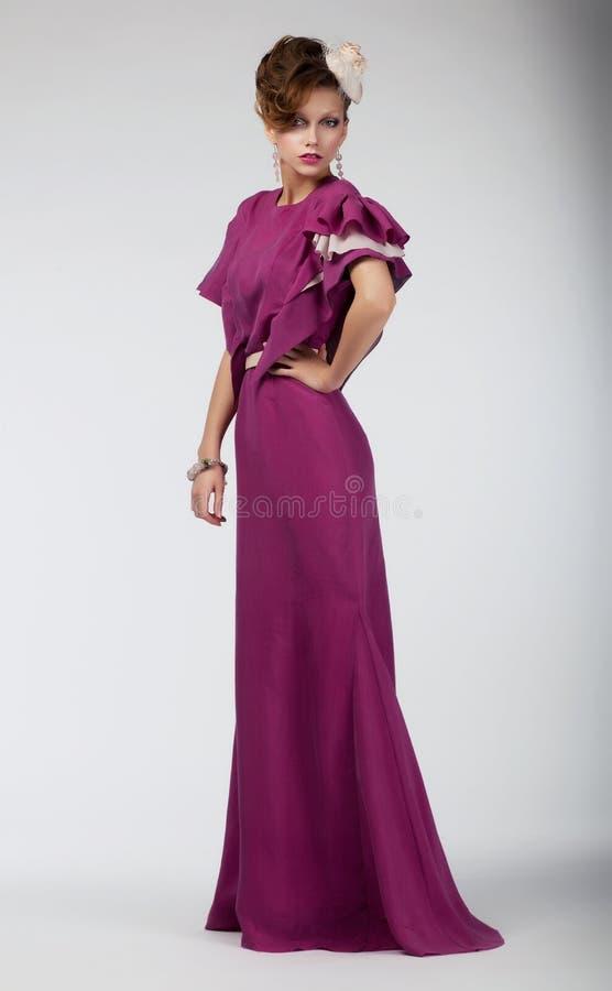 aristokratisk posera sexig studiokvinna royaltyfri bild