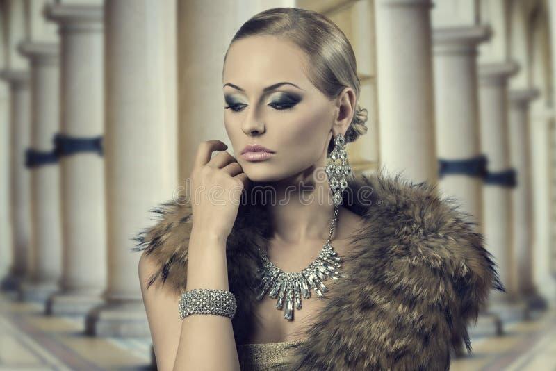 Aristokratisk sinnlig modekvinna royaltyfri fotografi