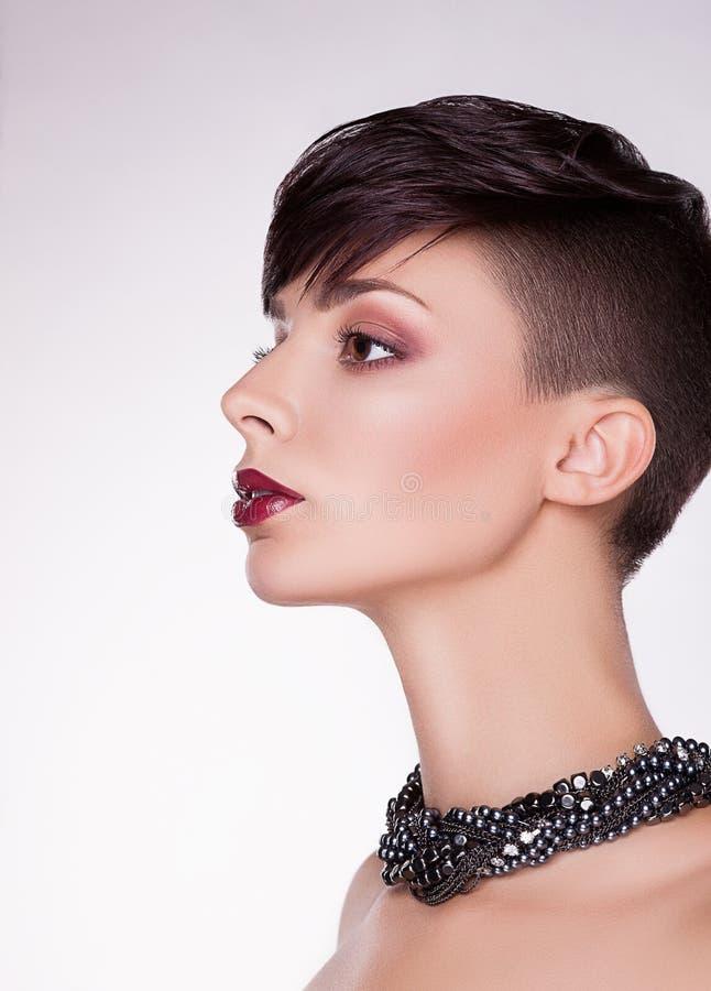 Aristokratiskt profilera av den moderna imponera kvinnan - kort hår, egennamn arkivbilder