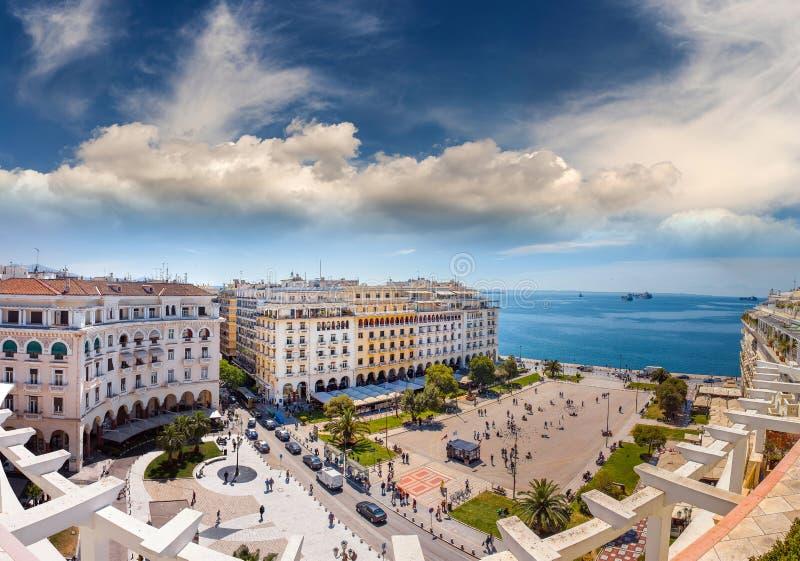 Aristotelous fyrkant under den underbara blåa himlen av Grekland, på T fotografering för bildbyråer