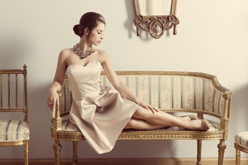 Aristrocratisch meisje op bank royalty-vrije stock foto's