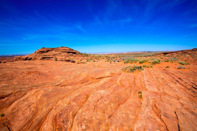 Arizona öken nära ColoradoflodenUSA orange jord och blå himmel arkivfoto