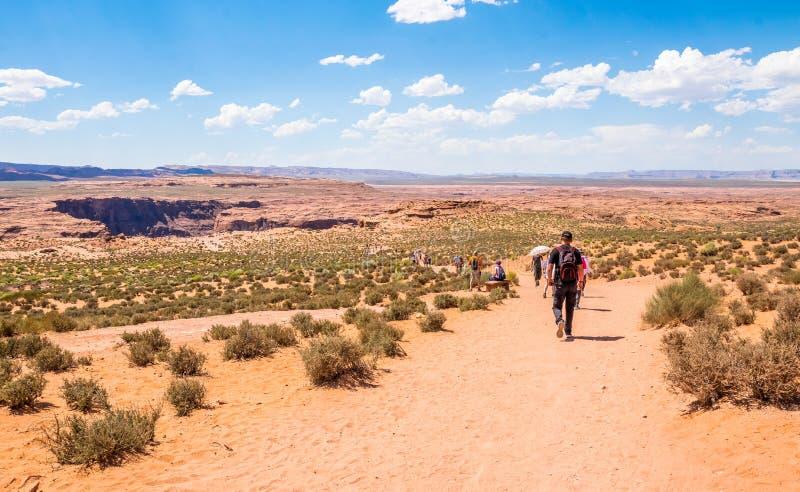 arizona bend podkowy człowiek notatnik strony usa Wycieczka turysyczna w Arizona Turyści w pustynnym terenie Uroczysty jar i Kolo obrazy stock