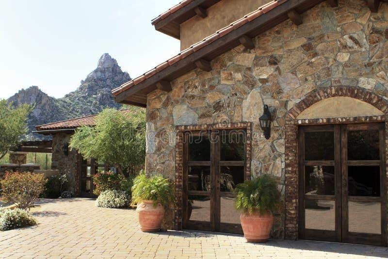 Arizona-Bergabhanglandhaushaus und -hof lizenzfreies stockbild