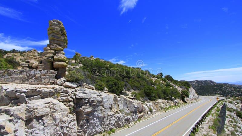 Arizona-Landstraße mit tiefem blauem Himmel und geologischer Bildung stockfoto