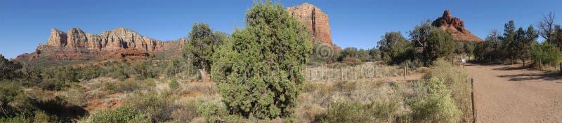 Arizona, Sedona, a-Ansicht, die umfasst, Gibraltar, Lee Mountain, Baby Bell, Gericht Butte und Bell schaukeln lizenzfreie stockbilder