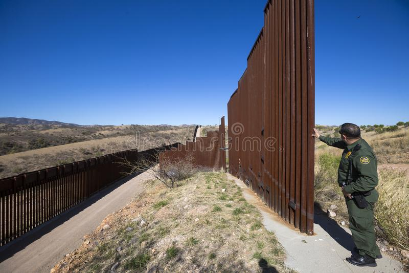 Arizona - Tucson - eine Grenzschutzsteuerung der Zaun nahe Nogales stockfotos