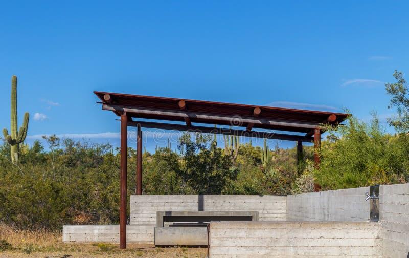 Arizona-Wüsten-Park Ramada u. Sitzbereich lizenzfreie stockbilder