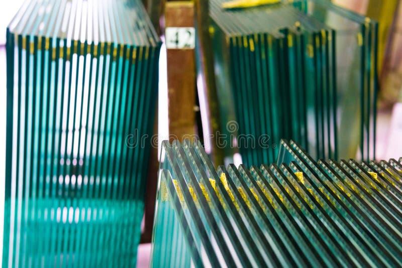 Ark av f?r fl?teexponeringsglas f?r fabrik det tillverkning blandade klara snittet f?r paneler som ska storleksanpassas royaltyfri bild