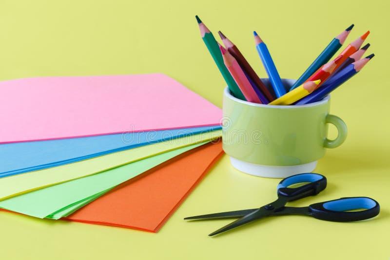 Ark av kulört papper, sax, lim, blyertspenna, uppsättning för childr arkivbilder