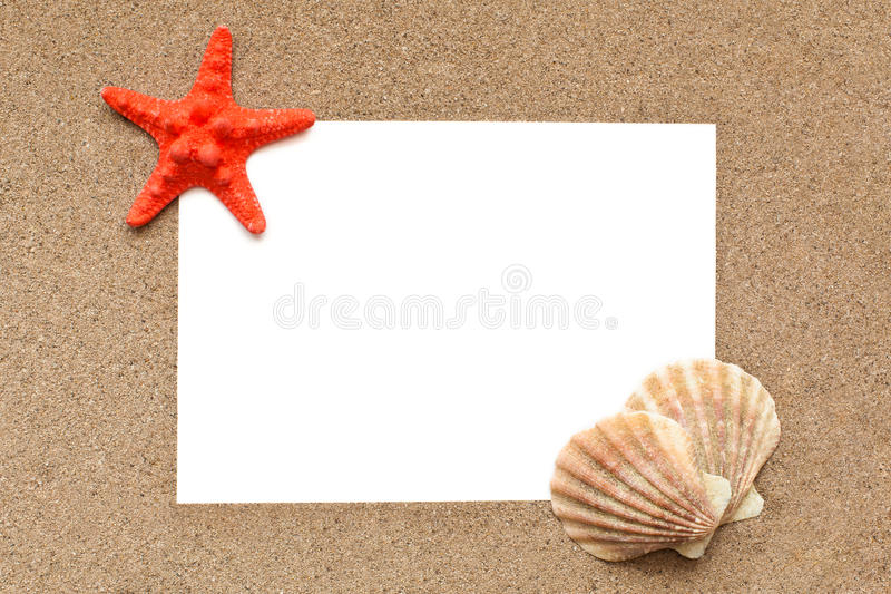 Ark av papper på en bakgrund av sand arkivfoton