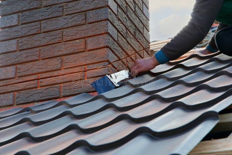 Ark för metall för bilaga för Rooferbyggmästarearbetare till lampglaset Oavslutad takkonstruktion fotografering för bildbyråer