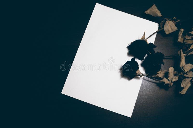 ark för tomt papper på den gamla trätabellen Top beskådar tonad bild royaltyfri fotografi