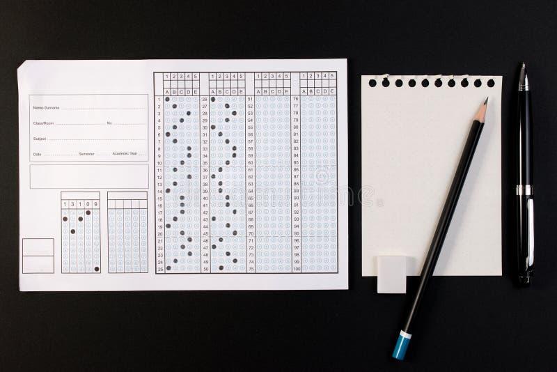 Ark och penna för skolaexamensvar Standard provform eller svarsark royaltyfri foto