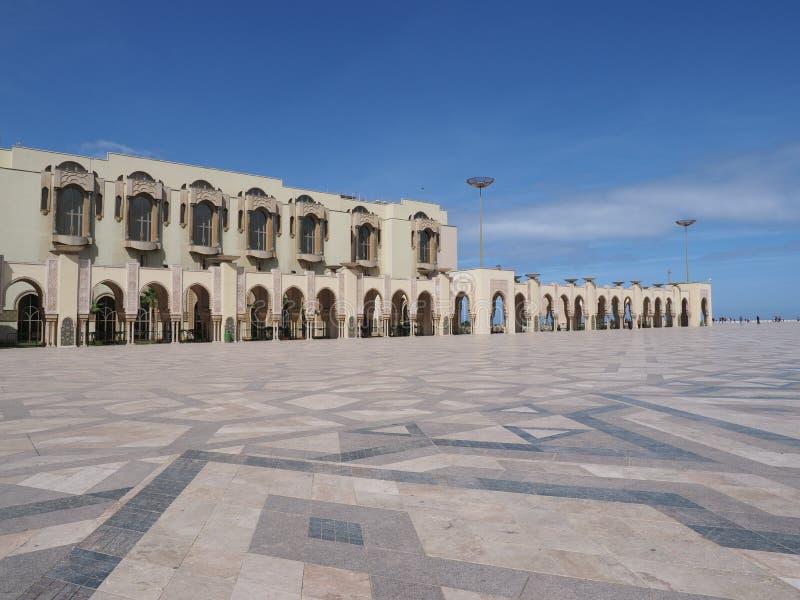 Arkada mediatheque Hassan II meczet w Casablanca mieście w Maroko z jasnym niebieskim niebem w ciepłym pogodnym wiosna dniu zdjęcie royalty free
