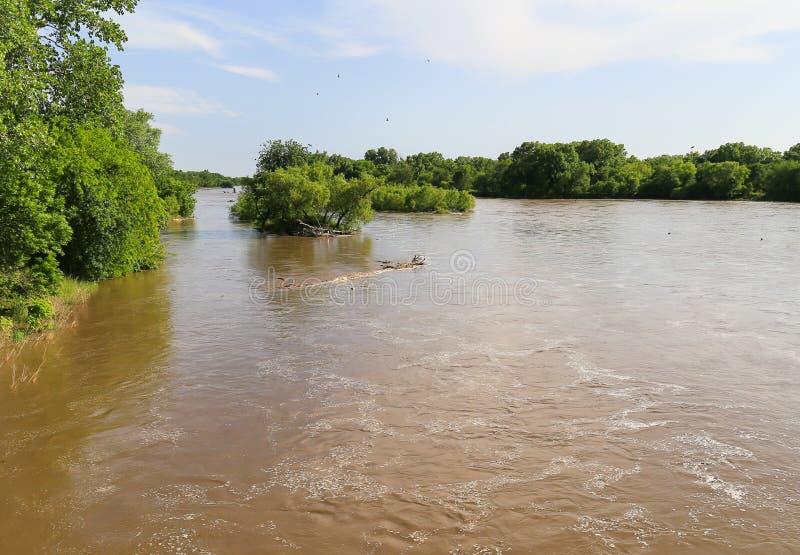 Arkansas River mit Hochwasser stockfotos