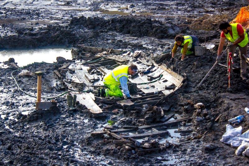 Arkeologi i stadens centrum Lissabon, Portugal: upptäckt av ett gammalt fartyg royaltyfri bild
