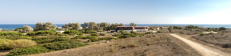 Arkeologisk panorama av Paphos parkerar med dolda paviljonger, Cypern royaltyfri bild