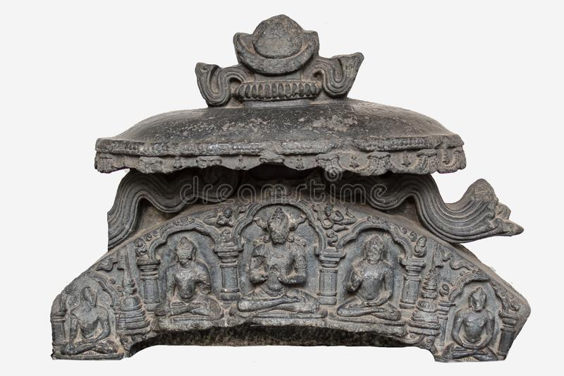 Arkeologisk skulptur av nischöverkanten som visar Buddhadiagramet från elfte århundrade, basalt, Bihar fotografering för bildbyråer