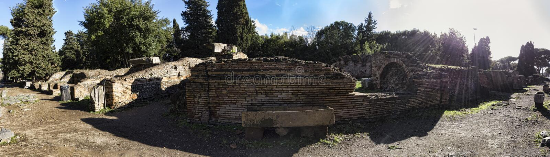 Arkeologiska utgrävningar av Ostia Antica panorama in mot nekropolen med en forntida romersk sarkofag i mitten - Rome arkivfoton