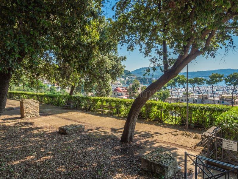 Arkeologiskt parkera av Baia, sikt över moderna Baia royaltyfria foton