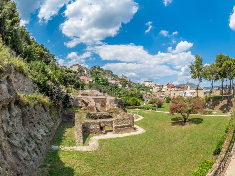 Arkeologiskt parkera av Baia, sikt över moderna Baia arkivfoto