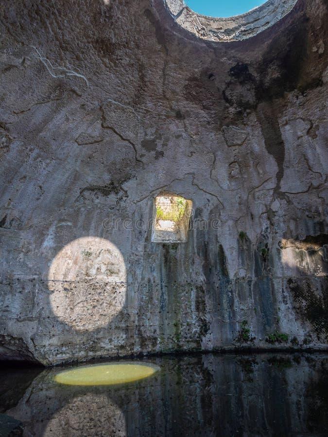Arkeologiskt parkera av Baia, tempel av Mercury royaltyfri foto